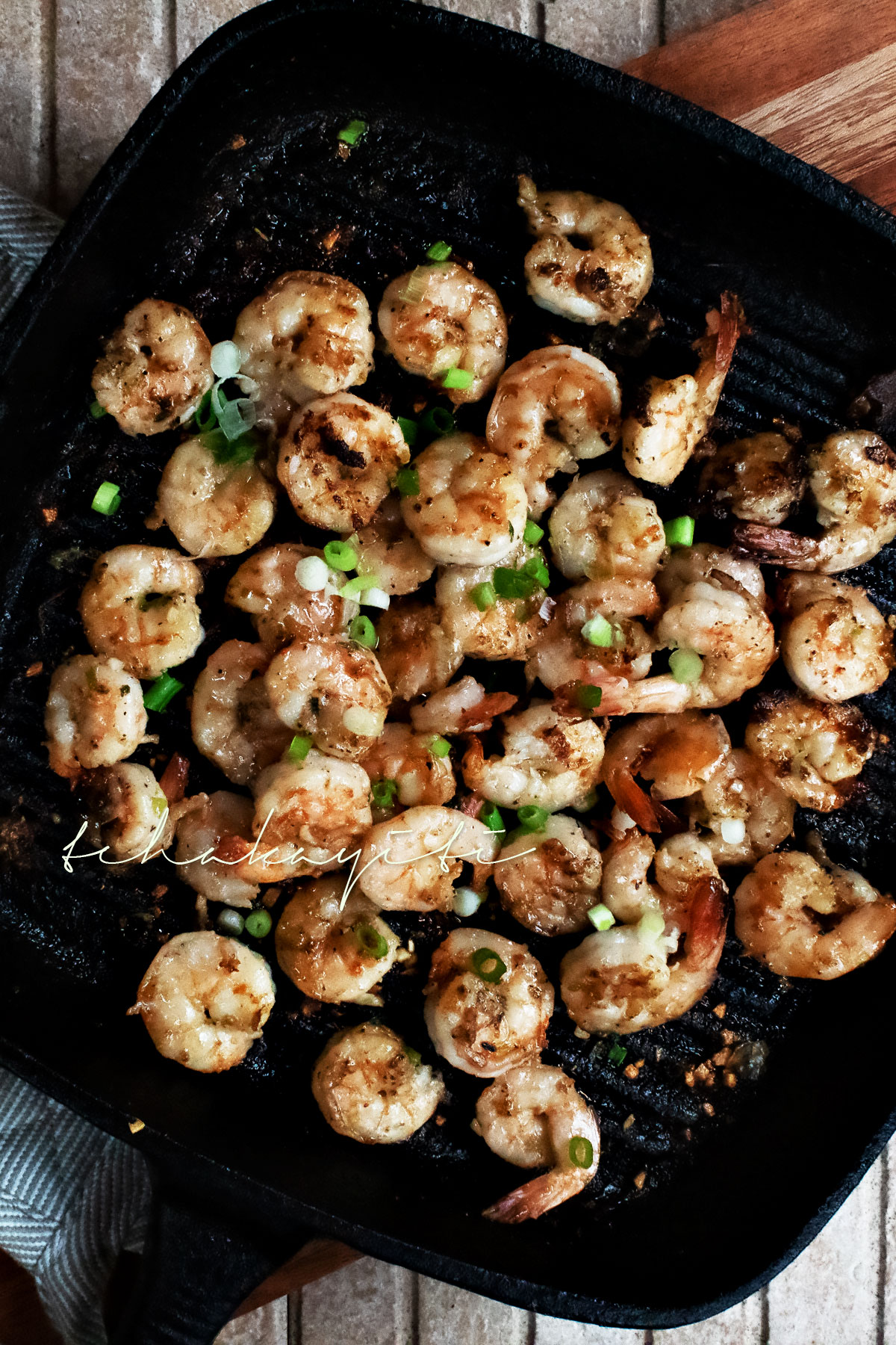 These garlic grilled shrimp with a splash of Haitian rum will leave you begging for more. | tchakayiti.com