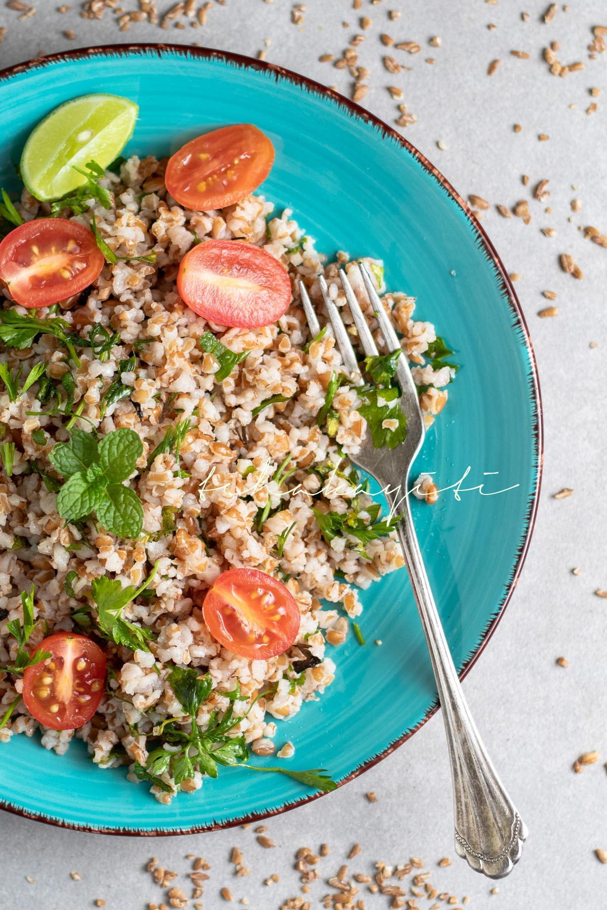 Infused with fresh parsley and peppermint leaves, his red bulgur salad is light and fluffy. And it's a breeze to make. | tchakayiti.com