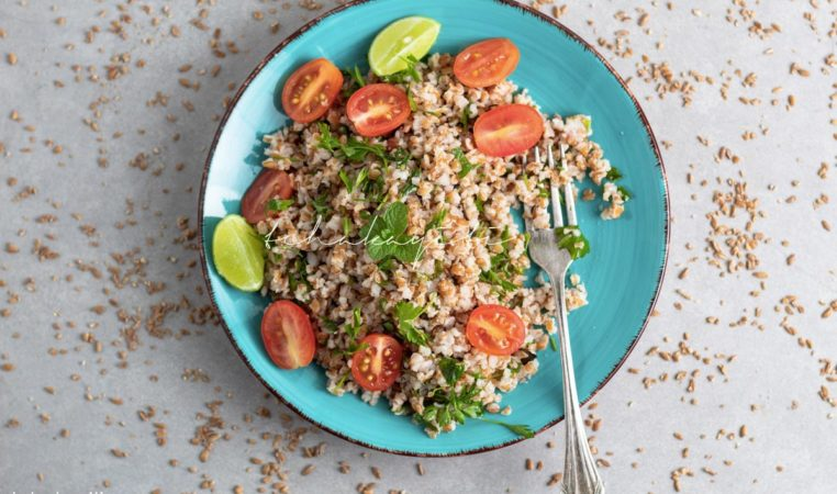 Infused with fresh parsley and peppermint leaves, this red bulgur salad is light and fluffy. And it's a breeze to make. | tchakayiti.com